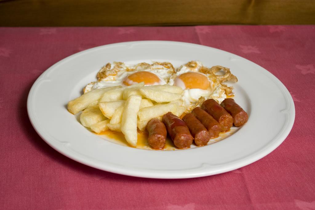 Huevos estrellados con chistorra y papas fritas