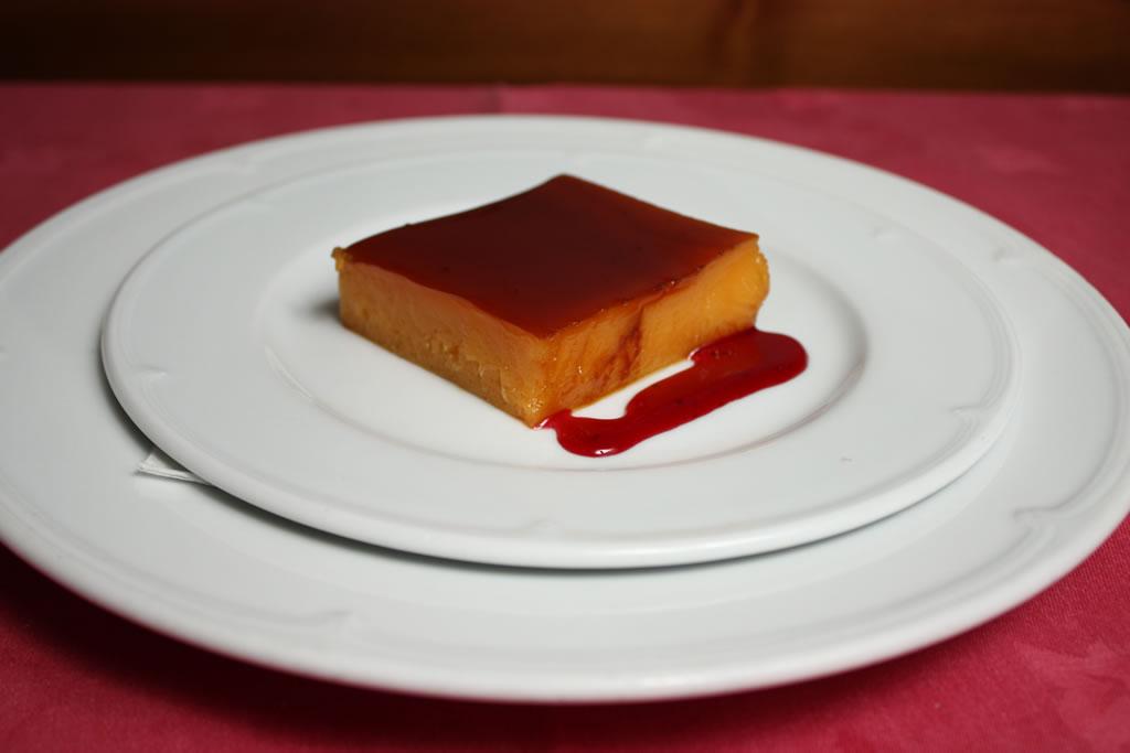 Tocinillo de cielo con salsa de frambuesa